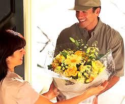 effektnoe-vruchenie-podarka-vmeste-s-dostavkoj-cvetov
